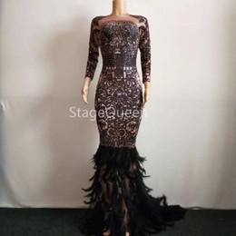 2019 robe de plumes strass noir Strass colorés scintillants plume noire robe longue robe brillante pleine de pierres grosse queue robe costume de bal d'anniversaire célébrer promotion robe de plumes strass noir