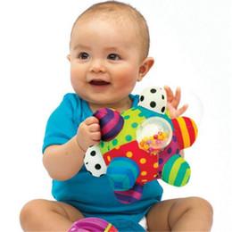 2019 pano bebê brinquedo bola Sassy Developmental Bumpy Bola Macia Pano Bebê Toddlers Mão Chocalhos Sino Aprendizagem Educação Formação Agarrar Brinquedo Para Brinquedos Do Bebê 0-12 meses pano bebê brinquedo bola barato