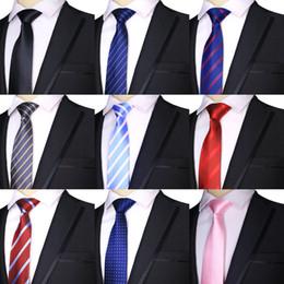 Gravata de seda azul escuro on-line-2019 Fábrica 7 CM Listras De Seda De Poliéster Dos Homens Listras Escuro / Brilhante Azul Formal Noivo Casamento Homem de Negócios Gravata gravata