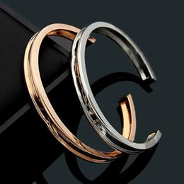 polsini in titanio all'ingrosso per gli uomini Sconti Gioielli in acciaio al titanio di marca bulgaria per donna uomo all'ingrosso lettera B aperta liscia scanalata braccialetto signora aperto braccialetto bracciale