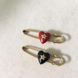 Joyas en forma de d online-broche de diseñador europeo temperamento corazón precioso broche en forma de D de modelado para el regalo joyería de las mujeres