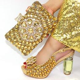 Correspondência sapatos de salto alto sapatos de embreagem on-line-Ouro rhinesones salto alto 4 polegadas sandália sapatos com saco garras de harmonização para africano aso ebi grande festa SB8427-2