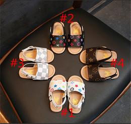 sandalias para niños Rebajas Niños niños PU zapatillas de cuero primeros zapatos Walker de lujo del verano sandalias del bebé zapatos antideslizantes diseñador floral sandalias de playa al aire libre 21-30 B6251