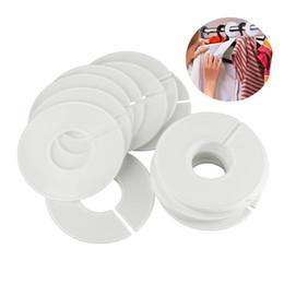 Cabides de roupas arredondadas on-line-20 Pcs Branco Plástico Roupas Rodada Cremalheira do Anel Ganchos Divisores de Tamanho Etiquetas de Vestuário Tamanho Marcação Anel se encaixa Tubo Redondo Ou Quadrado