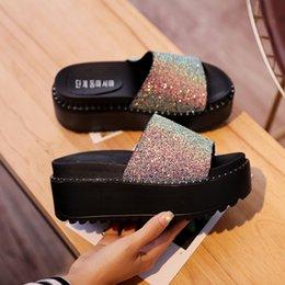 корейская мода клин обувь Скидка Женщины Bling Slip On Shoes 2019 Новая Корейская Платформа Моды Клинья Обувь Женская Летняя Шлепанцы Горный Хрусталь Пляжные Горки