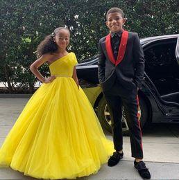2019 tapete vermelho de vestidos amarelos Vestidos 2019 amarelo bola tule vestido de princesa Flor Meninas um ombro meninas vestidos brilho desfile com faixa frisado Red Carpet Dress tapete vermelho de vestidos amarelos barato