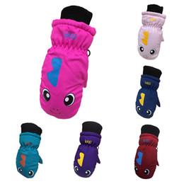 Algodón impermeable al aire libre online-Guantes infantiles acolchados de dibujos animados cálidos guantes de esquí invierno lindo impermeable a prueba de viento lindo algodón guantes al aire libre yubaoyi