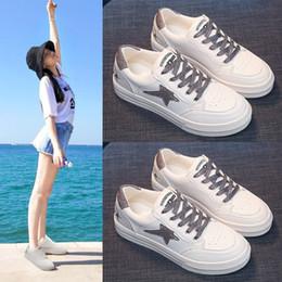 5234034fee Pequenos sapatos brancos femininos 2019 verão novo aumento de calçados  femininos modelos primavera selvagens casuais sola grossa popular net  vermelho ...