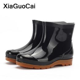 Calçado de plástico on-line-Homens Negros Rainboots Primavera Outono Ankle Boots Masculinos À Prova D 'Água Sapatos de Pesca Vadear Car Wash Trabalho Calçado Slip-On de Plástico