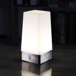 Luz de alimentação sem fio on-line-WRalwaysLX 3 Modos Alimentado Por Bateria Pequeno Candeeiro de Mesa, Lâmpada de cabeceira Sem Fio PIR Sensor de Movimento LED Night Light, Sensível Portátil Lâmpada Em Movimento