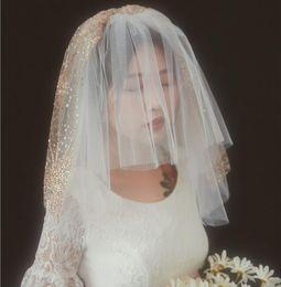 Schulter schleier online-3T Kurzer Hochzeitsschleier mit Kamm 2019 Gold Pailletten Rouge Brautschleier Schulter Länge Glänzende Braut Haarschmuck Schnittkante