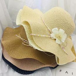 Fiore ondulato online-2019 nuove donne di moda Cappellini da sole Cappello di paglia ondulato di alta qualità Cappellini da spiaggia con fiocco casual da spiaggia