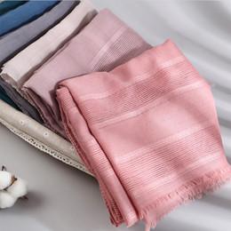 2019 Diseñador de moda de primavera de lino hueco bufanda de algodón de las mujeres de color sólido rojo musulmán rojo Hijab bufandas cabeza de pelo bufanda chales desde fabricantes