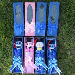 2019 oso de graduación de juguete Venta caliente Hecha A Mano Doraemon Oso de Peluche Juguetes Con Sombrero Doctoral Pequeño Ramo Caja de Regalo Regalos de Graduación Creativos Q190521 oso de graduación de juguete baratos