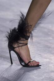 Robes de mode haute plumes en Ligne-Designer Plumes Dames Gladiateur Sandales Femmes Talons Hauts Pompes De Mode Designer De Luxe Femmes Robe De Mariage Chaussures Sandalias Para Mujer