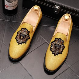 ec052ebd05521 2019 YENI sivri Burun nakış rozeti tasarım düz ayakkabı erkekler için Erkek  gelinlik balo Homecoming ayakkabı