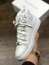 2019 diseñador de la marca de aceite de piel de caballo piel rojo negro blanco zapatos casuales para hombre cuero genuino 16FW botas desde fabricantes