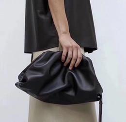 2019 bolso redondo de cuero The Pouch Real Leather Envelope Bag Bolsos de lujo Bolsos de mujer Bolsos de diseño de forma redondeada y monederos Embragues MX190822 bolso redondo de cuero baratos