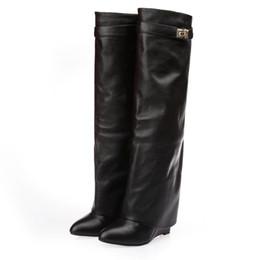 couro cunhas sapatos Desconto Jawakye prata metal tubarão bloqueio na altura do joelho botas de alta qualidade Designer de dedo apontado couro cunha aumento altura sapatos de salto alto mulher