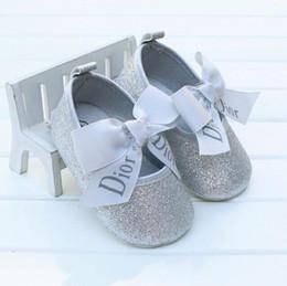 Scarpe bambino in pelle neonato online-Moda bambino mocassini in pelle PU primo bambino camminatore con suole morbide scarpe da bambino Neonati ragazzi Sneakers per 0-18M
