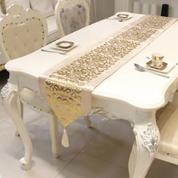 Tovaglia ricamata di lusso online-Tovaglia da runner da tavolo dorata ricamata in velluto di lusso europeo Runner da tavola con bandiera ricamata Tessuti per la casa