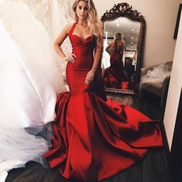 Vestido vermelho escuro halter on-line-Vestidos de noite vermelho escuro Tier Ruffles sereia Prom vestidos 2019 Sexy Spaghetti Halter Neck Backless Prom vestidos