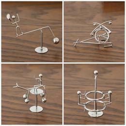 Pendolo oscillante online-Balanced Pendulum Ornament Little Iron Swing Man Originalità Desktop Decompression Simple Modern Toys Gift Party Favor 4al E1