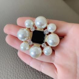 2019 fiore di stile 5CM classico stile C Grande e piccola perla Fiore Fashion Blossom spilla Accessori Europa e America collezione donna badge pin abbigliamento fiore di stile economici