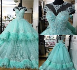 2019 vestiti da promenade blu piuma Abiti Quinceanera di lusso Perline di applique di pizzo Manica con cappuccio di piume Abito da ballo blu Sweep Train Sweet 15 Abiti Plus Size Prom Dress Custom Made sconti vestiti da promenade blu piuma