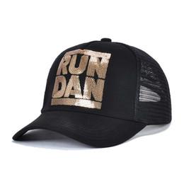 2019 angepasste hüte 2019 neue Ikone schwarzen Hut Sommer Outdoor Mesh Baseball Cap Pailletten Buchstaben können für Männer und Frauen angepasst werden günstig angepasste hüte