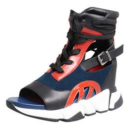 Sandalias estilo encaje online-Estilo euramerican color mezclado cuero de vaca zapatos de tacón de cuña sandalias de las mujeres peep toe inferior gruesa con cordones estilo de ocio zapatillas de deporte zapatos mujeres
