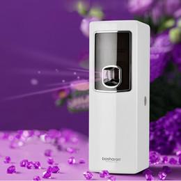 Baños automáticos online-LCD inteligente ambientador de aire para viviendas automático Dispensador del aerosol del hotel Cuarto de baño WC Fragancias pulverizador de montaje en pared Máquina