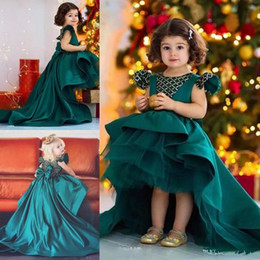 Cacciatore abiti per ragazze online-Nuovo Hunter Green High Low Flower Girl Dresses Per Wedding Satin Girls Pageant Gowns Big Bow Capped Toddler Bambini Birthday Party Dress