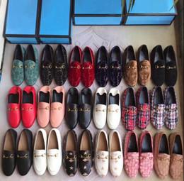2019 bordado de sapato liso Designer de calçados femininos bordados Xadrez cavalo botão plana sapatos hasp fivela Loafer correspondência de cores retro sapatos
