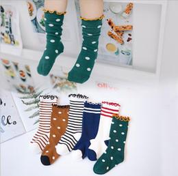 2019 calzini bambino corea Bambini calzettoni bambino delle ragazze dei neonati Ruffle calze lunghe Autunno Inverno cotone a righe alta Corea del calzino Top Quality 3 formati sconti calzini bambino corea