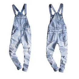tuta di denim leggera Sconti 2018 Nuove bretelle maschili nuove camicie casual denim blu chiaro jeans strappati tasche uomo bavaglini boyfriend tute taglia 6XL