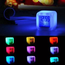 Wholesale XU0318 Alarma Un LED de luz caliente de la tabla Relojes cuadrados plásticos batería de reloj digital que brilla Cambio de escritorio del reloj colorido wj ii