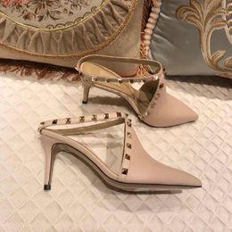 Tipos de sandalia online-2019 últimas sandalias con tachuelas de cuero, mujeres baotou puntiagudas zapatillas de playa tipo de cinturón de hebilla zapatillas de tacón alto tamaño 35-40