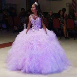 Bola púrpura vestidos de fiesta online-2020 Sparkly Light Purple Quinceanera Ball Gown Dresses Sweetheart Beads Crystal Sin mangas con volantes con gradas Sweet 16Party Prom Vestidos de noche