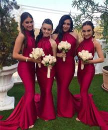 2019 estilos de vestir para invitados a la boda Vestidos de mucama rojos para bodas Estilo de jardín de campo Cuello halter de la vaina Espalda abierta Plisados Invitación de boda larga Noche Vestidos de baile estilos de vestir para invitados a la boda baratos