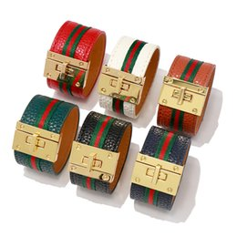 Rotem ledergewebe online-Europen design amerika mode neue luxus armband rot grün stoff leder armreif gürtelschloss designer pu armband armband