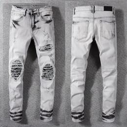 Jeans scarni di lavaggio grigio online-Pantaloni distrutti distressed da uomo stile New Italy Patch art a costine Jeans skinny lavati grigi Pantaloni slim Taglia 28-40