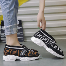 2019 FF Designer Fashion Sock Shoes Mujeres Summer Sports Mocasines Fends Girls Brand Street Style Shoes Hook and Loop Zapatillas de deporte casuales B81405 desde fabricantes
