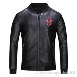 Sıcak satış Marka Moda Tasarımcısı Klasik Lüks işlemeli arı siyah deri ceket Kış Ceket Tasarımcı siyah Erkek Ceket boyutu M-3XL nereden