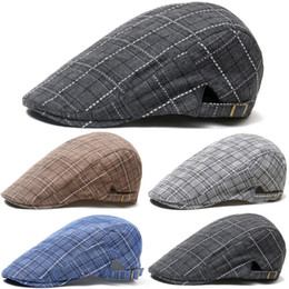 Caps berretto nero online-UK Uomini Cabbie Estate Gatsby Hat Ivy Golf Driving Sun Berretto piatto Caps dello strillone di golf plaid Beret irlandesi cappelli dello strillone Nero Blu Gary