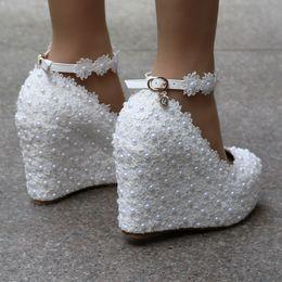 Crystal Queen Cuñas Blancas Bombas de Boda Dulce Flor de Encaje Blanco Perla Plataforma Zapatos de bomba Vestido de Novia Tacones Altos 4 sdas desde fabricantes