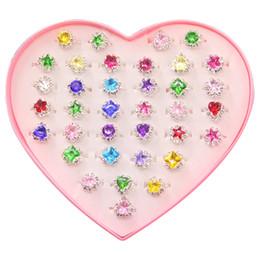 Коробочки для подарков онлайн-36pcs красочные кольца драгоценный камень горный хрусталь в коробке, регулируемая маленькая девочка ювелирные кольца в коробке дети маленькая девочка подарок, предварительно