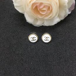 E-mail-versand online-Markenname Messing Material Anhänger mit weißem Email und Logo für Frauen Ohrstecker für Frauen Hochzeit Geschenk Schmuck Drop Shipping PS6665A