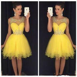 Sheer Short Prom Dresses Encaje Apliques Rhinestone abalorios Tul Vestidos formales De dama de honor Fiesta Fiesta Vestidos Vestidos sin mangas desde fabricantes