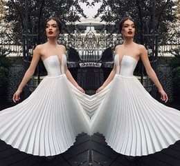 Breve vestito senza bretelle da promenade bianco online-2019 Little White Short Party Dresses Una linea senza spalline Backless Lunghezza del ginocchio Cocktail Homecoming Abiti da ballo economici 2036